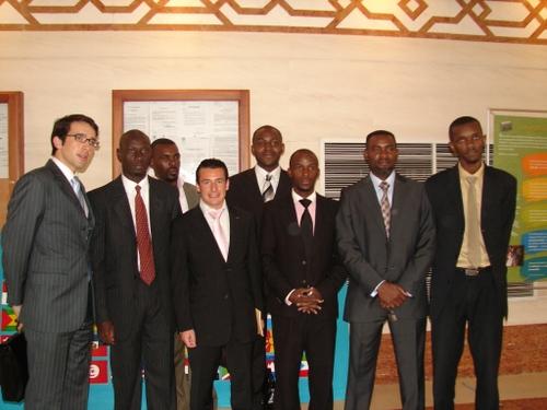 Des jeunes animant une association pour dispenser des cours de finance de marché